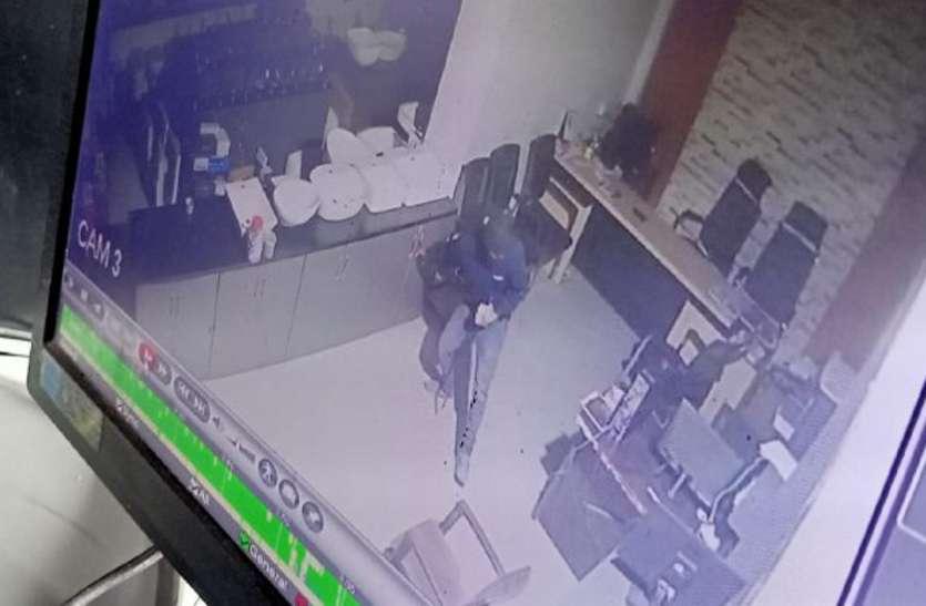 थाने से चंद कदम की दूरी पर नकाबपोशों ने 2 दुकानों के तोड़े ताले, ले उड़े हजारों रुपए, सीसीटीवी में कैद हुई करतूत