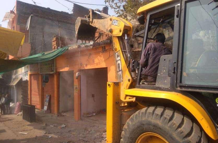 तीन दुकानों एवं एक सरकारी भूखण्ड पर जमे कब्जे को हटाया
