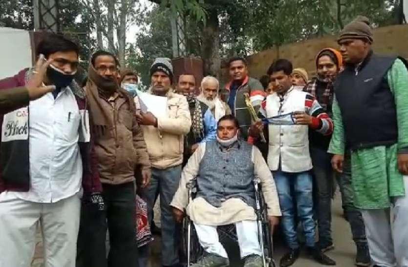 दिव्यांग ने लगाया थाना प्रभारी पर दबंगई का आराेप, एसपी ने बैठाई जांच
