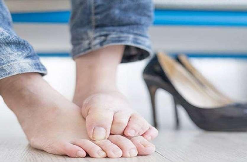 लंबे समय तक बैठने से पैर सुन्न पड़ जाएं तो हल्दी पेस्ट लगाएं