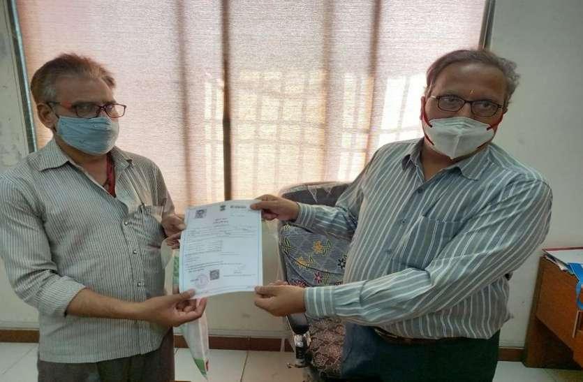 Surat/ तहसीलदार ने दिखाई संवेदना, एक घंटे में ही बनाकर दिया आय प्रमाणपत्र