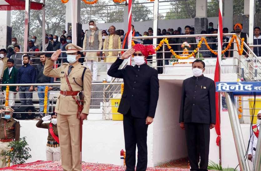 नरसिंहपुर में कलेक्टर वेद प्रकाश ने किया ध्वजारोहण