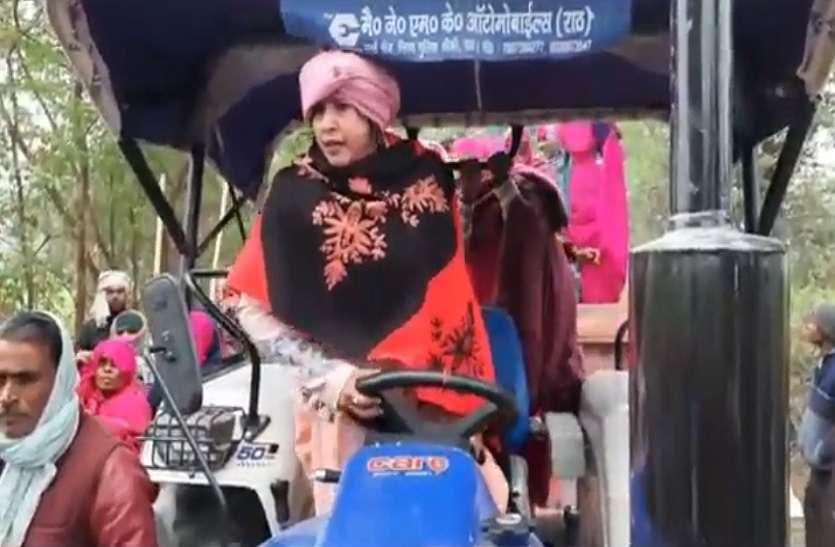 किसानों के समर्थन में हजारों महिलाओं ने निकाली ट्रैक्टर रैली, महिलाओं ने किया प्रदर्शन