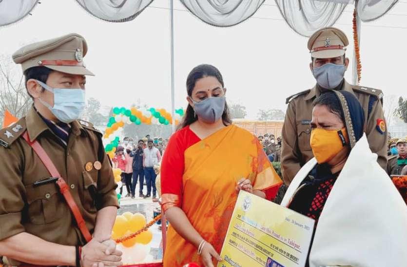 धूमधाम से मनाया गया गणतंत्र दिवस, शहीद की पत्नी को दी गयी 50 लाख रुपए की अर्थिक मदद व अंगवस्त्र