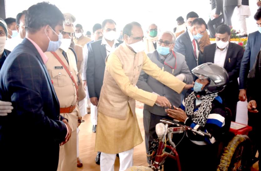 दिव्यांगजनों के जीवन में बेहतरी लाने में कोई कमी नहीं छोड़ी जायेगी: मुख्यमंत्री