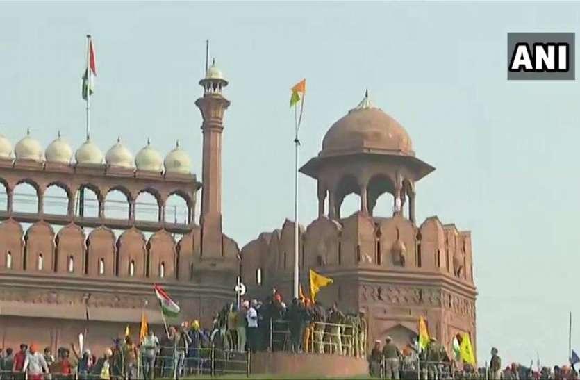 लाल किले पर किसानों ने फहराया झंडा, दिल्ली पुलिस के सामने किया शक्ति प्रदर्शन