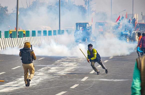 Tractor Parade: दिल्ली में हिंसा के बाद पंजाब और हरियाणा में हाई अलर्ट, राजधानी में बढ़ाई गई सुरक्षा