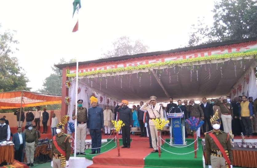 धूमधाम से मना देश का 72वां गणतंत्र दिवस, राष्ट्रीय ध्वज फहराया एवं तिरंगे को दी सलामी