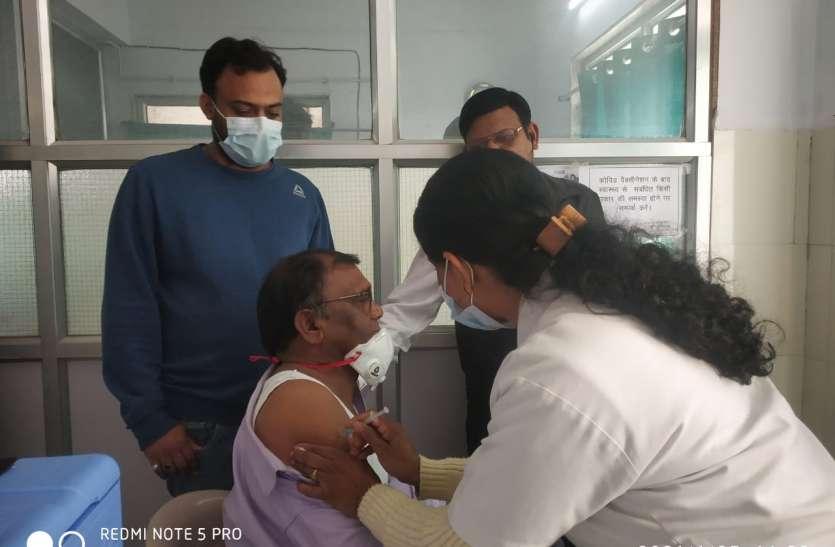 जिला अस्पताल के साथ पांच अन्य सेंटरों पर टीकाकरण , 293 हेल्थ और फ्रंटलाइन वर्कर्स ने लगवाएं टीके