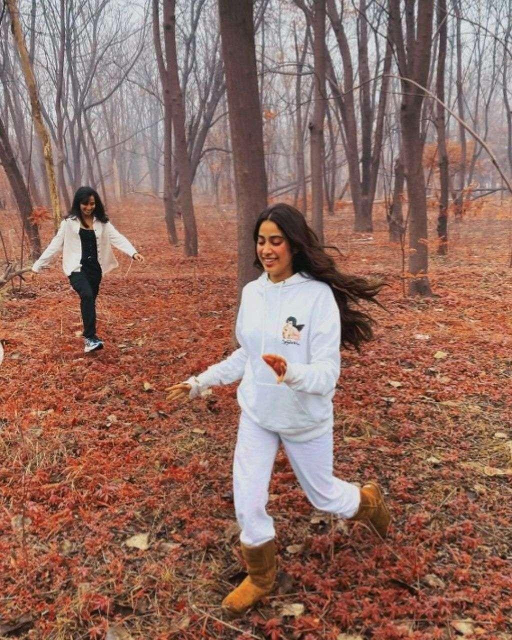 जाह्नवी कपूर ठंड में ले रही पंजाब के मौसम का लुत्फ, जंगल में नजर आई यह अदा