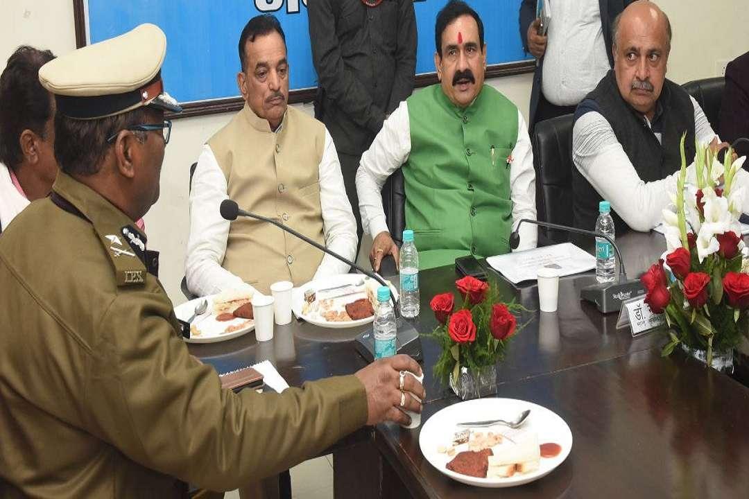 पुलिस अधिकारियों संग बैठक लेते गृहमंत्री नरोत्तम मिश्रा