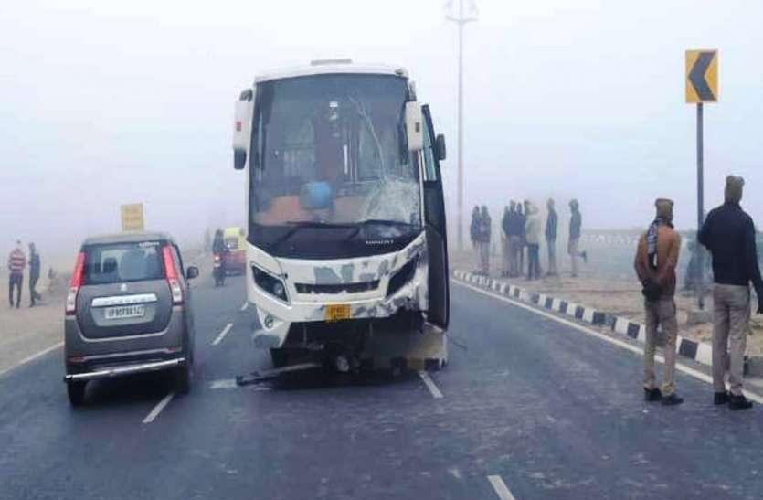 कोहरे का कहरः बस की टक्कर से बाइक सवार एक युवक की मौत, एक गंभीर