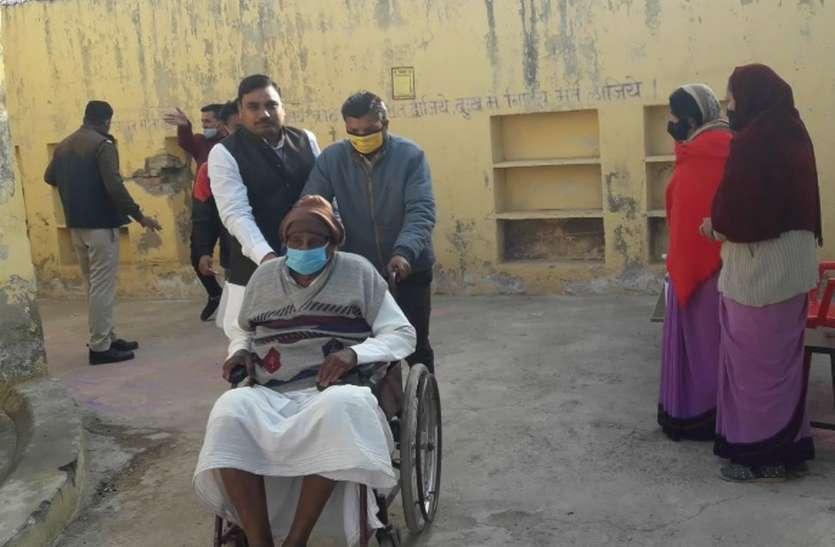 कोई धोक लगाकर तो कोई गले मिलकर जुटा रहा समर्थन, मतदान केंद्रों पर  कतारें