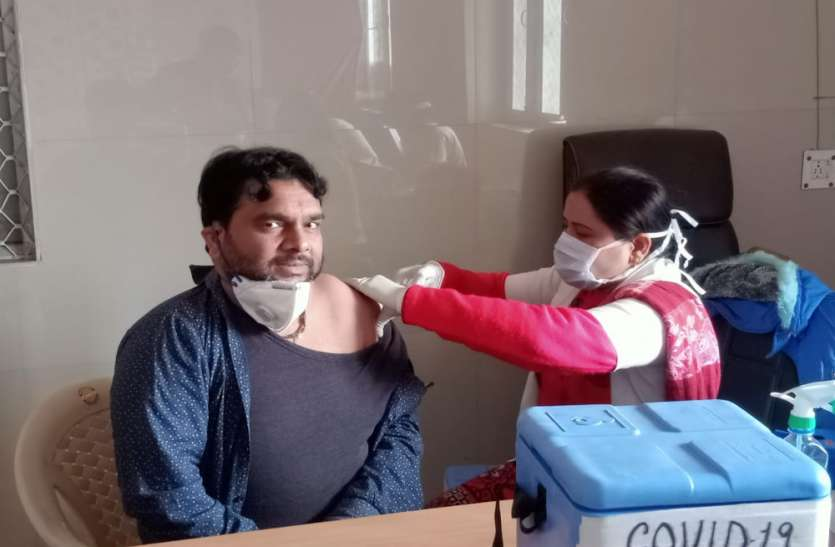 उत्तर प्रदेश राष्ट्रीय स्वास्थ्य मिशन संविदा कर्मचारी संघ ने करायावैक्सीनेशन