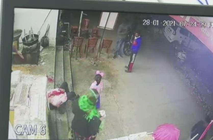 महिला की चाकू मारकर हत्या, सीसीटीवी में कैद हुई पूरी घटना, देखें