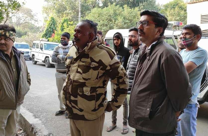सनावद की अवंती सुतमिल में घुसा तेंदुआ, दो कर्मचारी घायल