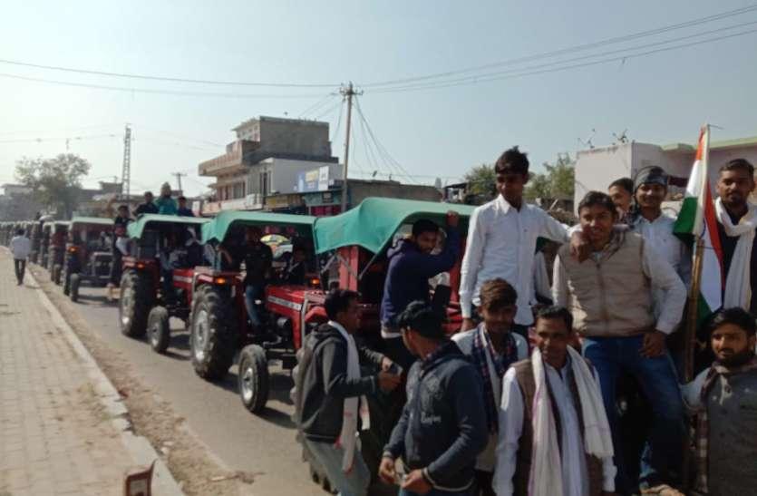 किसानों ने निकाली टै्रक्टर रैली