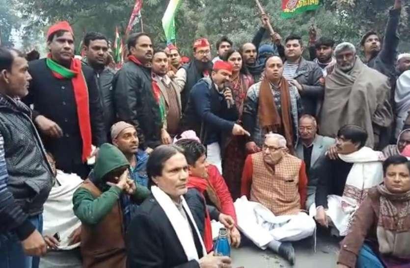 ट्रैक्टर रैली निकालने पर सपा पर चला पुलिस का 'डंडा', 200 कार्यकर्ताओं पर केस दर्ज, 4 नेता गिरफ्तार