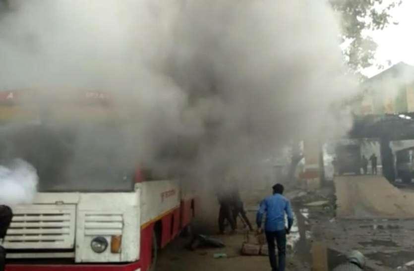 यूपी रोडवेज की कार्यशाला में खडी बस में लगी आग ,मची अफ़रा तफ़री