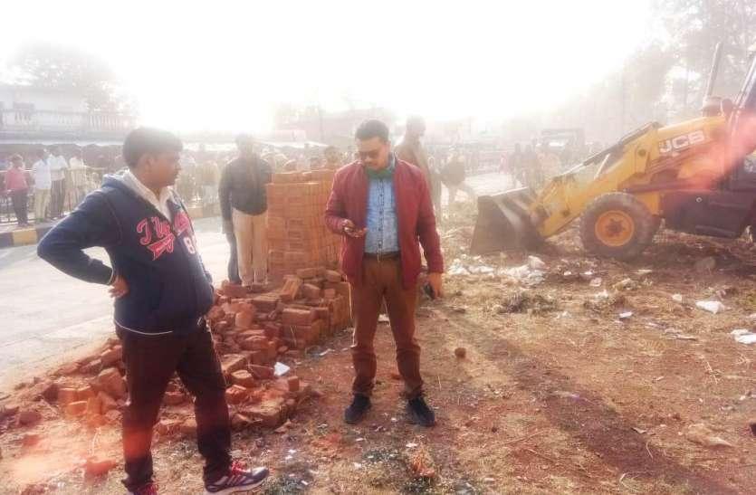 कार्रवाई: दुर्गा मन्दिर के नजदीक सरकारी जमीन से अतिक्रमण हटाने चला बुलडोजर