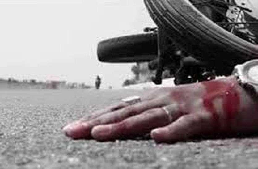 डंपर की टक्कर से बाइक सवार की मौत, पोस्टमार्टम को लेकर बवाल