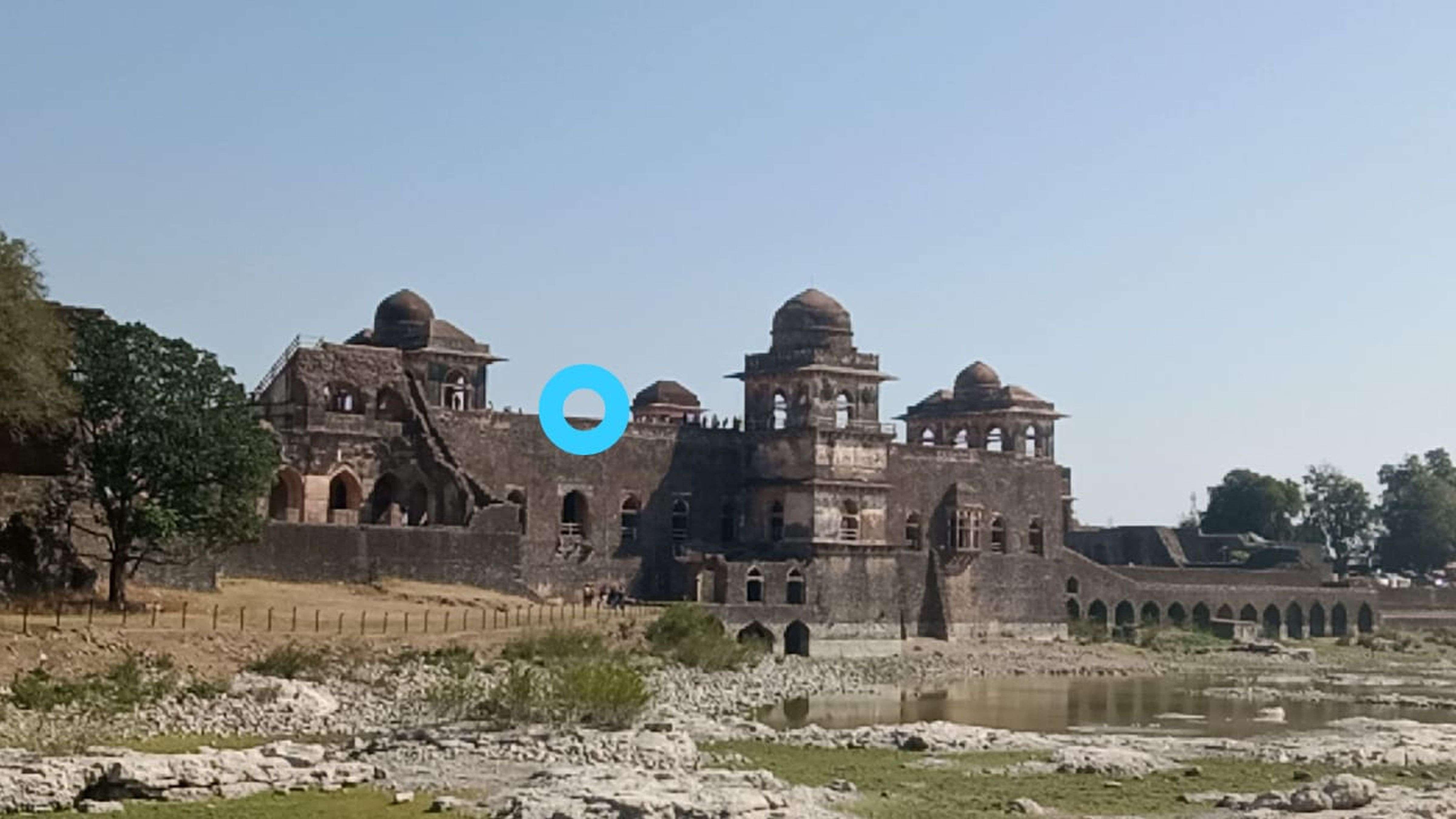 फोटो खींचने के लिए किया क्लिक तो महल से 30 फीट नीचे जा गिरी छात्रा (देखे वीडियो)