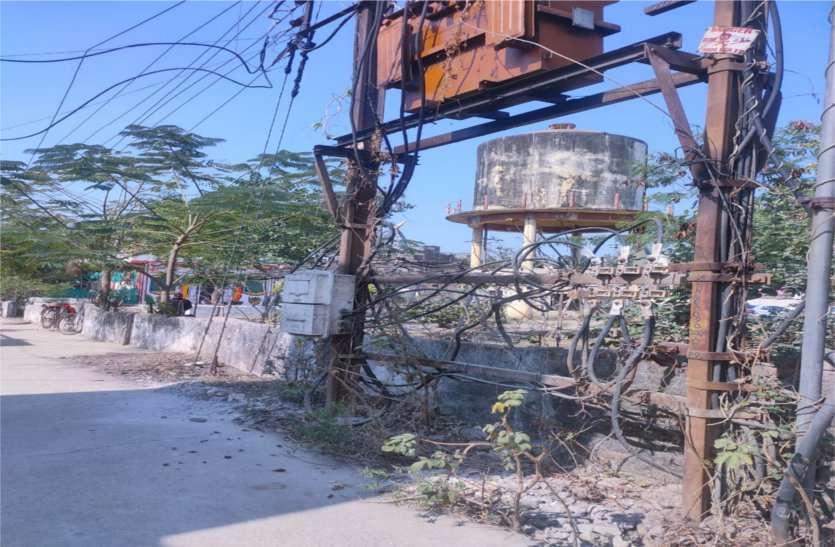बिजली कंपनी की लापरवाही, खुले पड़े जगह-जगह तार