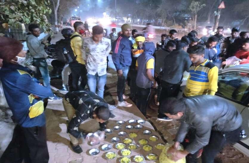 नौकरी की आस और ये सर्द रात, पुलिस भर्ती में आए हजारों युवा खुले आसमान के नीचे, पत्रिका की पहल से बढ़े मदद के लिए हाथ