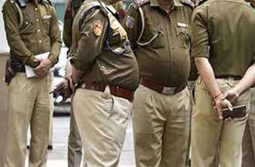 शराब पीकर घूम रहे रईसजादों को पुलिस ने रोका तो नशे में चूर लड़की ने अफसरों से की बदसलूकी