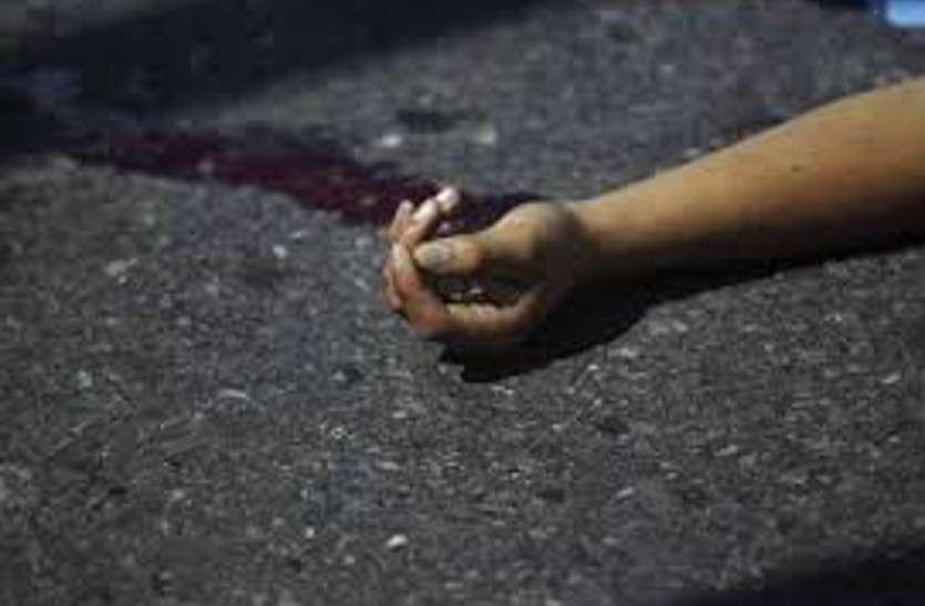 पुलिया के डिवाइडर से टकराते हुए पलट गया गिट्टी लोड हाइवा, युवा ड्राइवर की मौत, 2 घायल