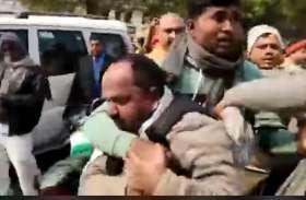 सपा नेता को करणी सेना ने पुलिस के सामने दौड़ा-दौड़ाकर पीटा, कहा योगी के खिलाफ बोलने वाले ऐसे ही पीटेंगे
