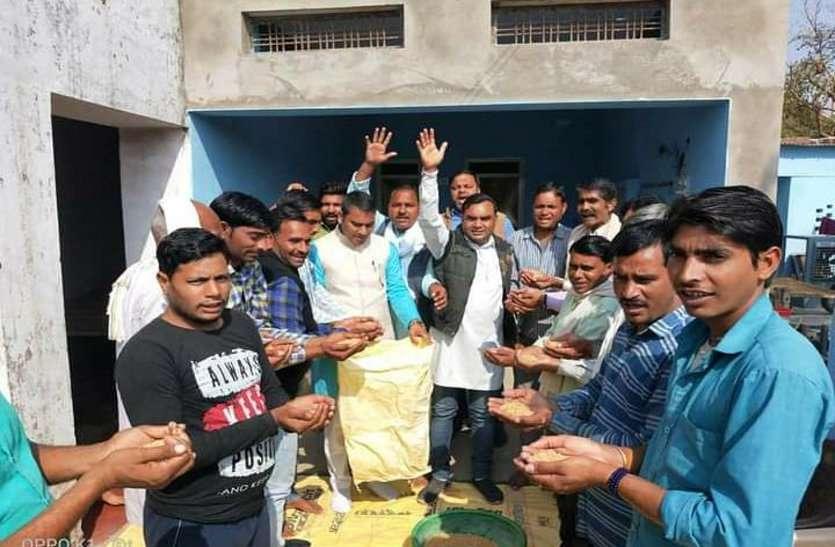 एक मुठ्ठी अनाज मांग कर जुटा रहे किसानों के आंदोलन को समर्थन