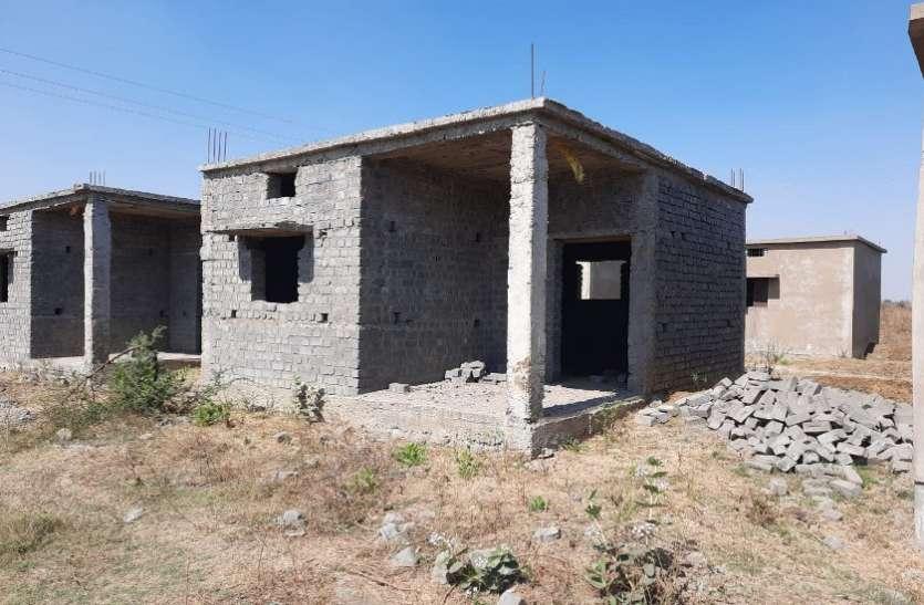 पारागांव में प्रधानमंत्री आवास कालोनी का निर्माण तीन वर्ष बाद भी अधूरा