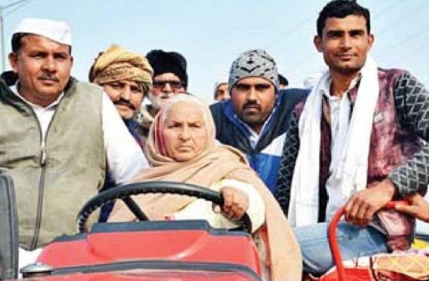 किसान आंदोलन में ट्रैक्टर लेकर पहुंचीं 80 वर्षीय बुजुर्ग महिला, बॉर्डर पर खड़े पुलिस जवान भी देखते रह गए