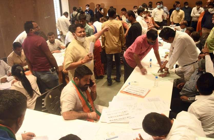 GUJARAT BJP NEWS: रात में देर तक चलती रही प्रत्याशियों के नामांकन की कार्यवाही