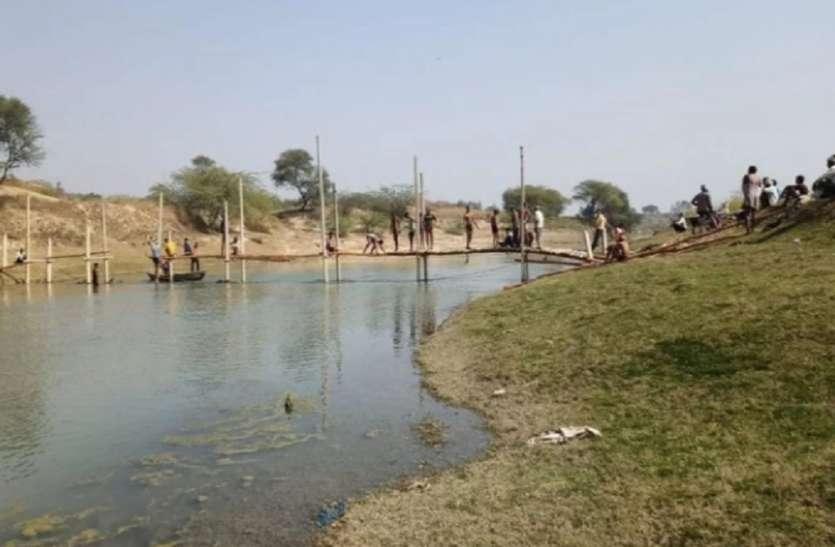 शासन प्रशासन से 25 वर्षों से नहीं मिली राहत, तो ग्रामीणों ने नदी पर पुल बनाना किया शुरू