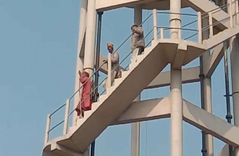 जब कलेक्टर ने नहीं सुनी बात तो कलेक्ट्रेट के आवेर हेड टैंक पर चढ़ गया साधू