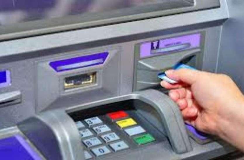 एटीएम से पैसा निकालते वक्त ट्रांजैक्शन फेल होने पर बैंक को भरना पड़ेगा जुर्माना, जानिए क्या है नियम