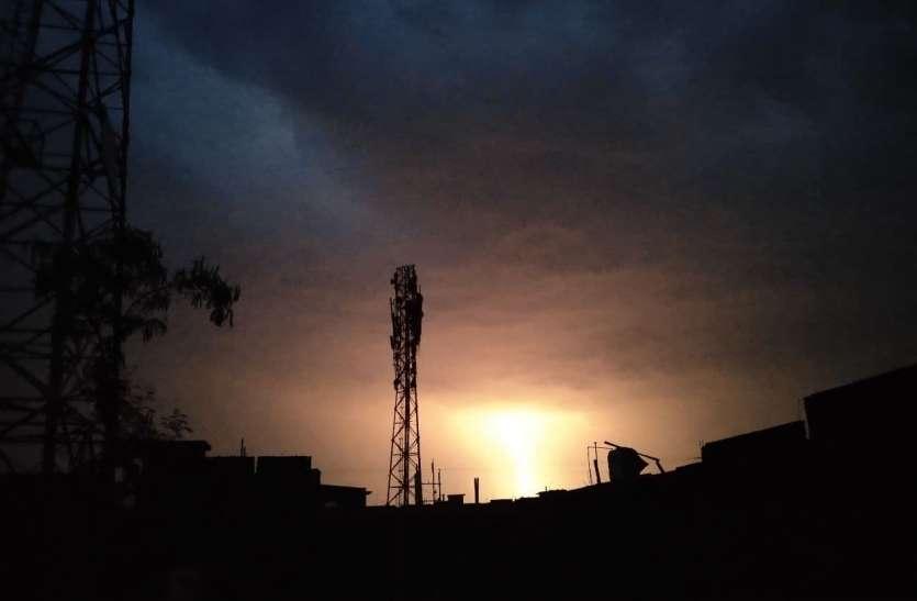 जब आधीरात कड़की बिजली,अंधेरे में खो गया शहर