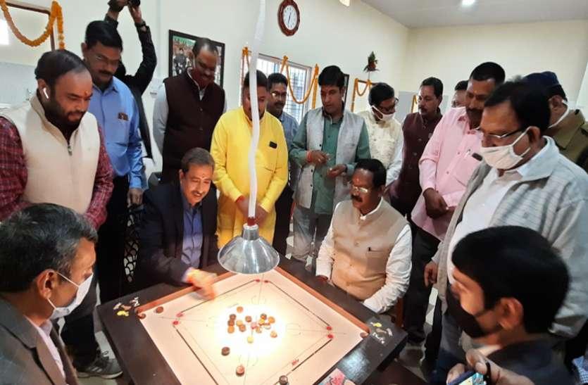मंत्री अमरजीत ने कलक्टर-एसपी और सीईओ के साथ खेला कैरम, कहा- पुलिस का काम भाग-दौड़ से भरा