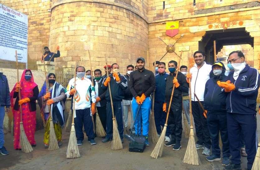 सफाई अभियान शुरू:  विधायक, सभापति और कलक्टर ने लगाया झाड़ू