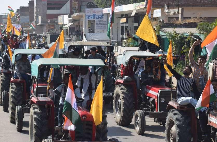 कृषि बिलों के विरोध में किसानों ने निकाली ट्रैक्टर रैली
