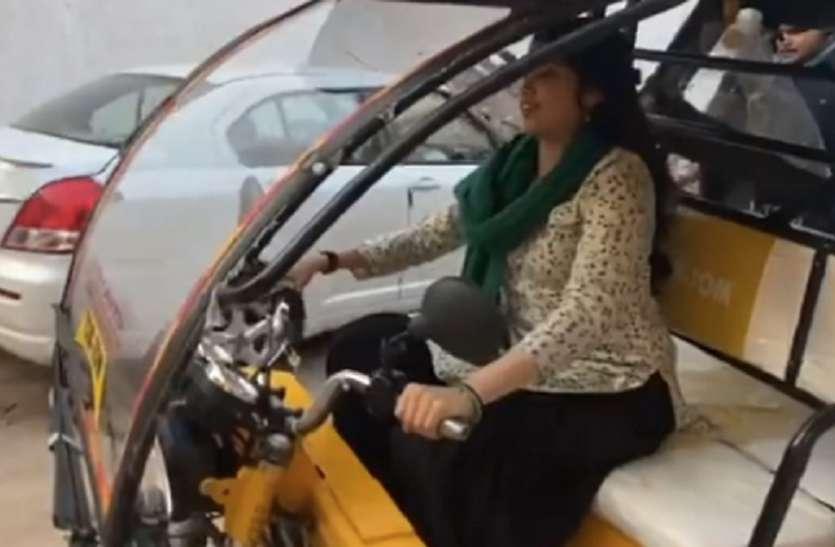 लग्जरी कार छोड़ जान्हवी कपूर ई-रिक्शा चलाती आईं नजर, वीडियो हुआ वायरल