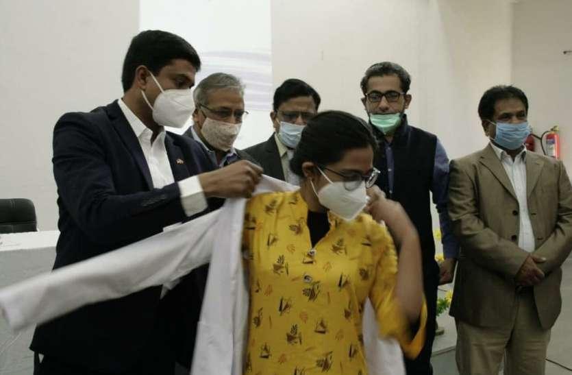 एमबीबीएस के विद्यार्थियों को पहनाया सफेद कोट