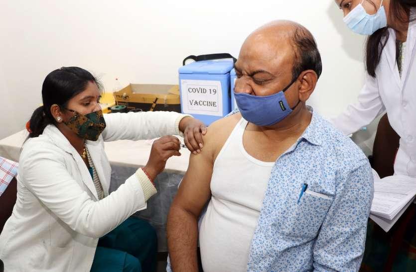 कलेक्टर-एसपी सहित 647 फ्रंटलाइन वर्करों को लगाई कोरोना वैक्सीन