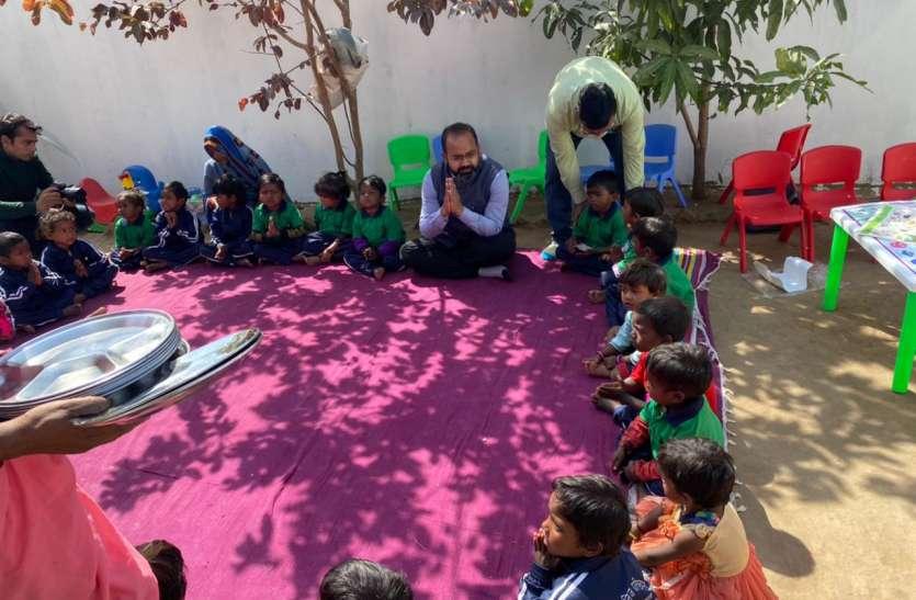 आंगनबाड़ी केंद्र पहुंचे कलेक्टर, बच्चों के साथ किया भोजन