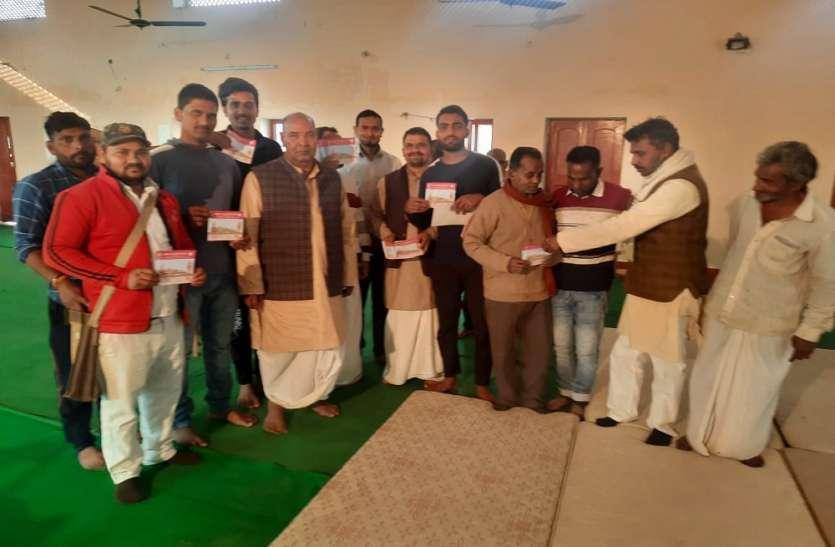 मंदिर निर्माण के सहयोग में लगे कार्यकर्ताओं ने भी दिया दान