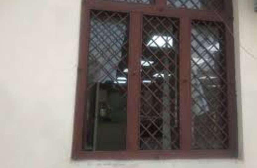महिला पार्षद व पति को युवक ने कट्टा से मारने की दी धमकी, पत्थर से तोड़ा खिड़की का कांच
