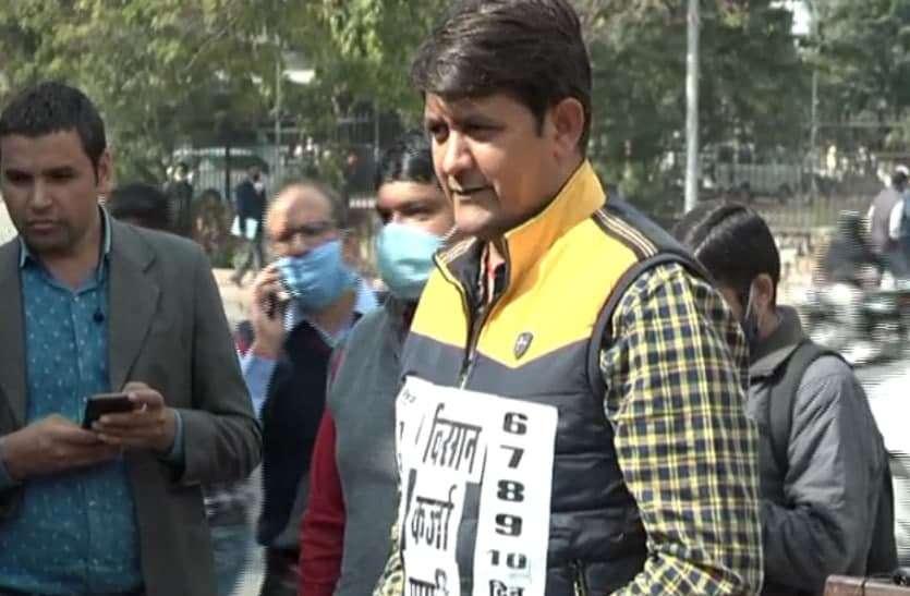 विरोध का अनोखा तरीका, भाजपा विधायकों ने लहराए एक से 10 तक गिनती लिखे पोस्टर