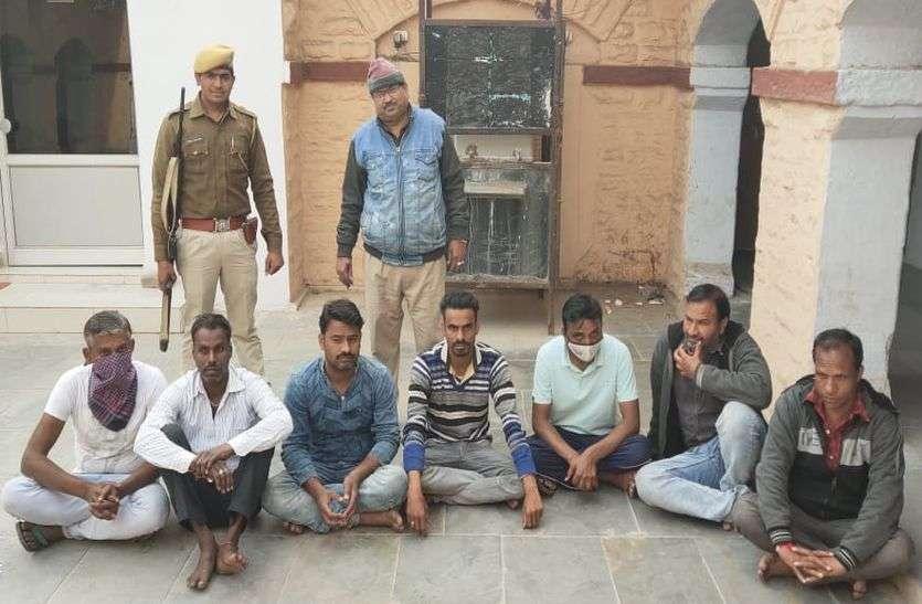 जुआ सट्टा खेलते 7 गिरफ्तार, 13 हजार 710 रुपए जब्त